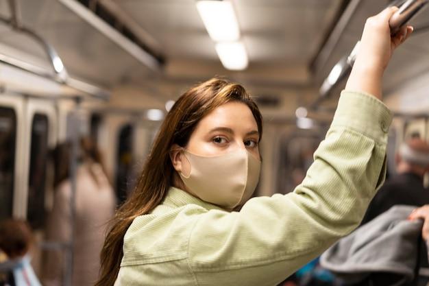 地下鉄で旅行している女性をクローズアップ