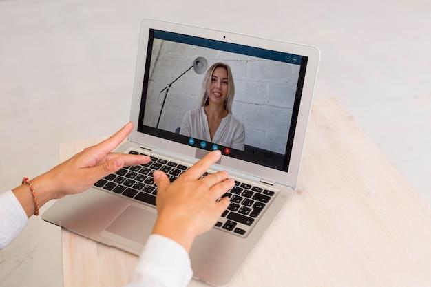 ノートパソコンで入力するクローズアップの女性