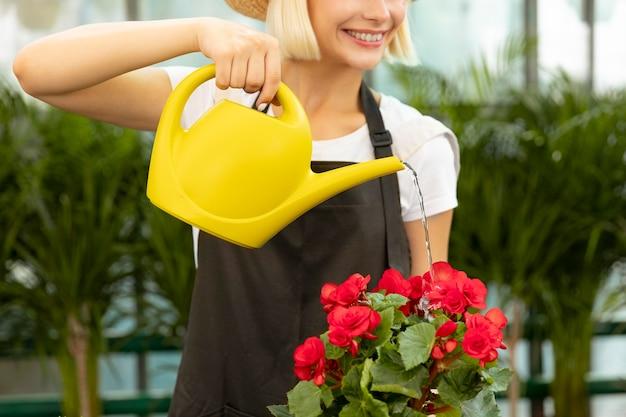 Primo piano donna che innaffia il fiore