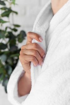 Крупным планом женщина в халате