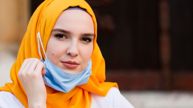 Женщина конца-вверх нося голубую маску
