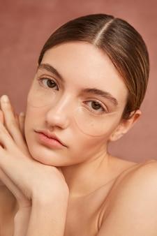 Крупным планом женщина носить повязки на глаза