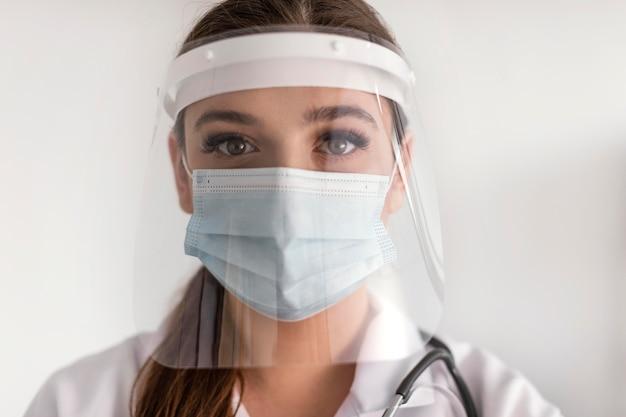Крупным планом женщина в маске для лица