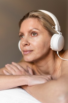 Close-up woman wearing headphones Free Photo