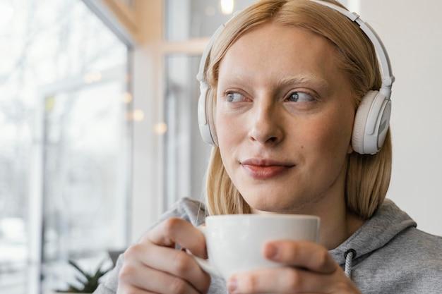 ヘッドフォンを身に着けているクローズアップの女性
