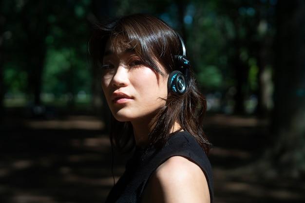 ヘッドフォンを身に着けている女性をクローズアップ