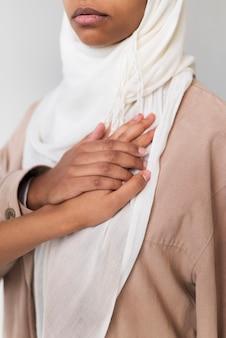 ヒジャーブを着ている女性をクローズアップ