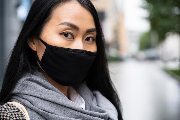 Крупным планом женщина в маске