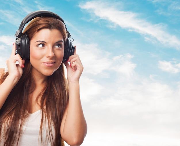 Primo piano di donna, che ascoltando musica in cuffia