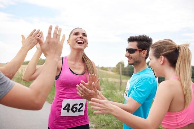 Primo piano sulla donna che vince la maratona