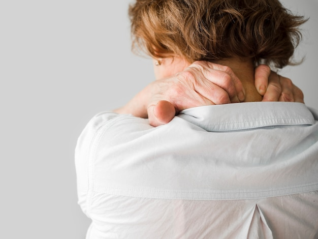 背中の痛みを持つクローズアップ女性