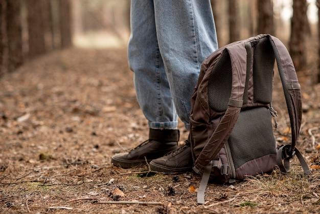 Макро женщина с рюкзаком