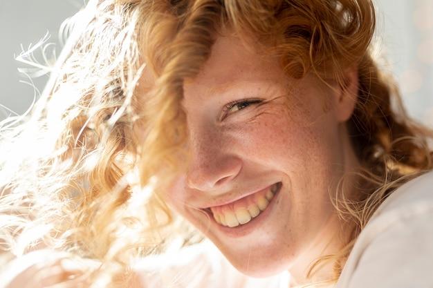 Крупным планом женщина с большой улыбкой