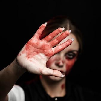 Primo piano della donna con la mano insanguinata