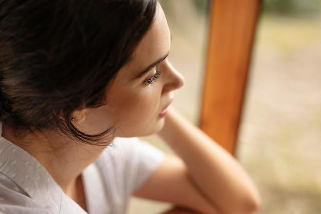 Close up donna con sfondo sfocato