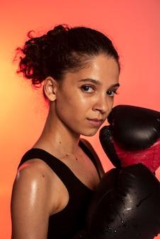 Primo piano donna con guantoni da boxe
