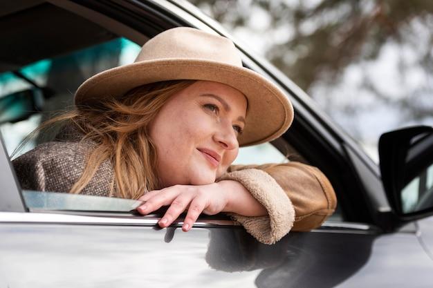 Крупным планом женщина с автомобилем