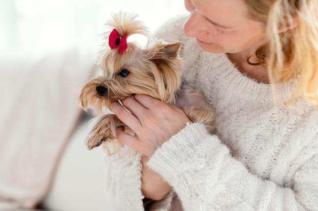 Close up donna con graziosi animali domestici Foto Gratuite