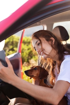 車の中で犬と女性をクローズアップ