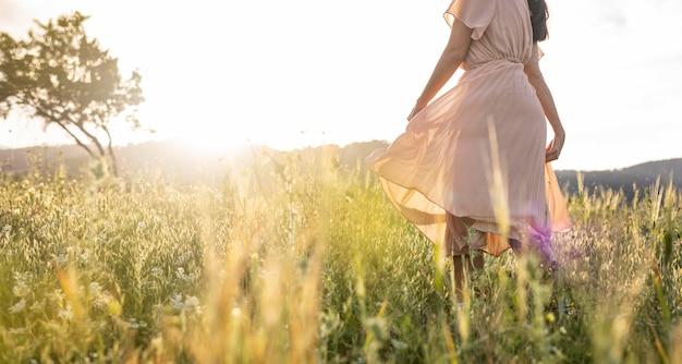 自然の中でドレスを着て女性をクローズアップ