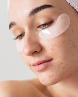 Крупным планом женщина с повязками на глазах