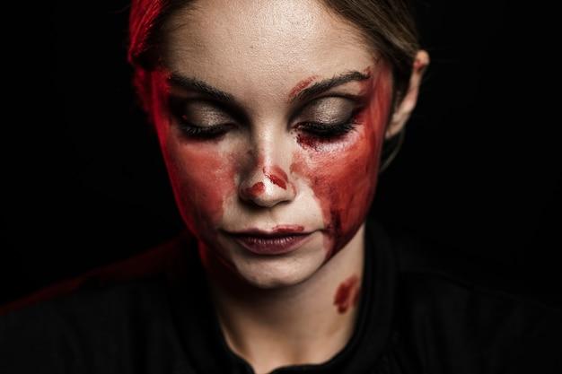 Primo piano della donna con il trucco del sangue falso