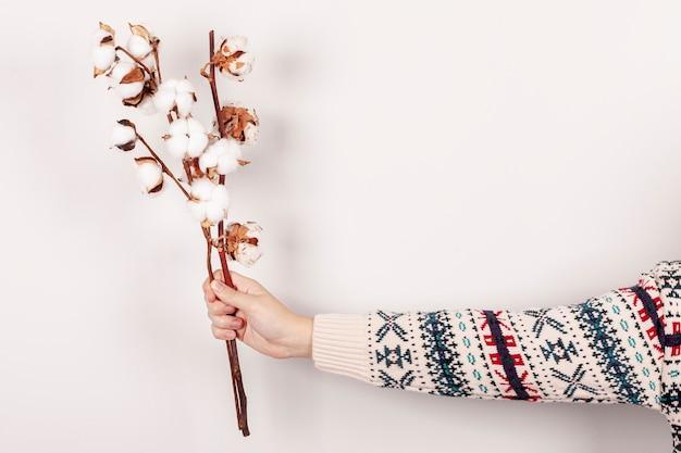 Крупным планом женщина с цветами и белым фоном