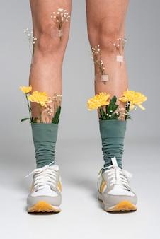 Close up donna con fiori sui calzini