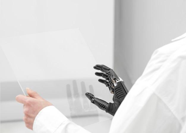 Chiuda sulla donna con il prototipo della mano