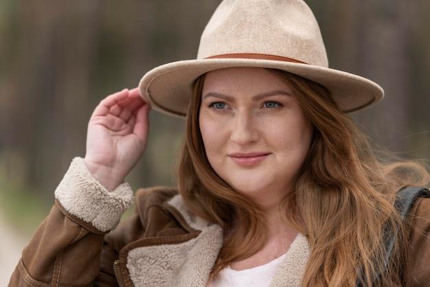 帽子で女性をクローズアップ