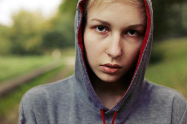 Primo piano di donna con all'aperto hoodie