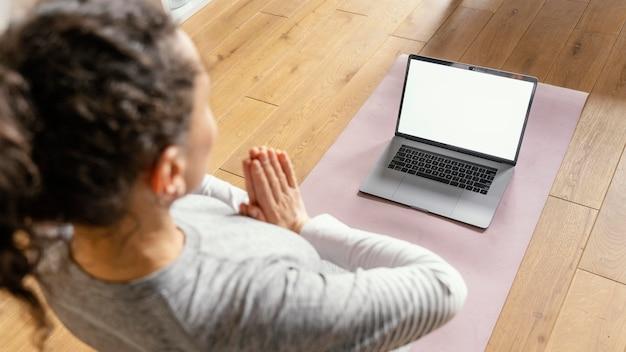 ノートパソコンで女性をクローズアップ