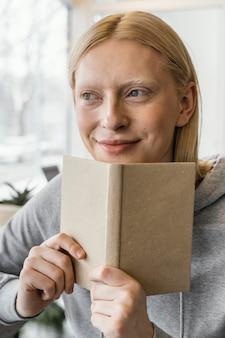 ノートブックとクローズアップの女性
