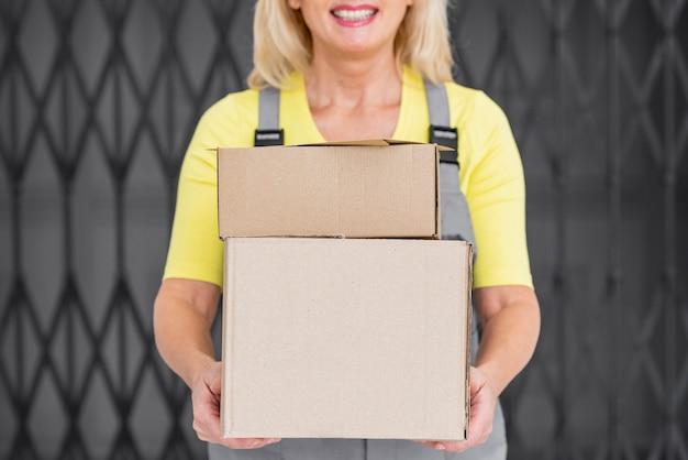 Крупным планом женщина с пакетами