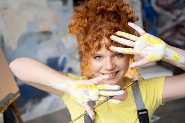 Close up donna con vernice sulle mani
