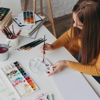 絵画パレットとクローズアップの女性
