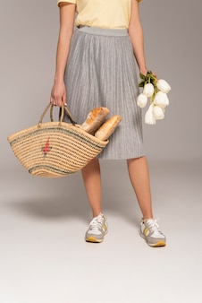 빵과 재사용 가능한 가방을 가진 여자를 닫습니다