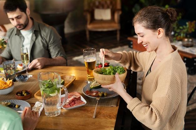 Крупным планом женщина с салатником
