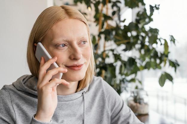 スマートフォンでクローズアップ女性
