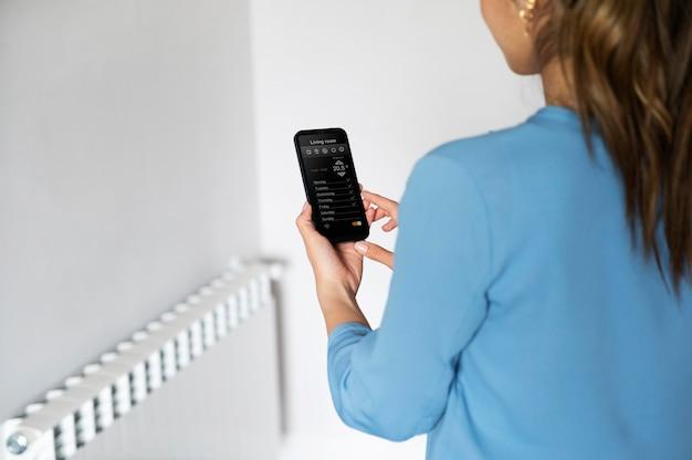 Крупным планом женщина со смартфоном
