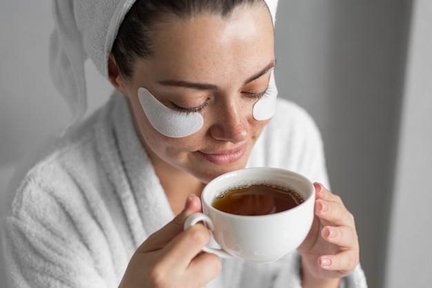 Крупным планом женщина с высоким углом чашки чая