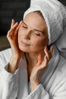 Крупным планом женщина с полотенцем на голове