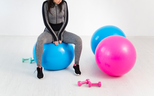 Женщина крупного плана работая на шарике фитнеса