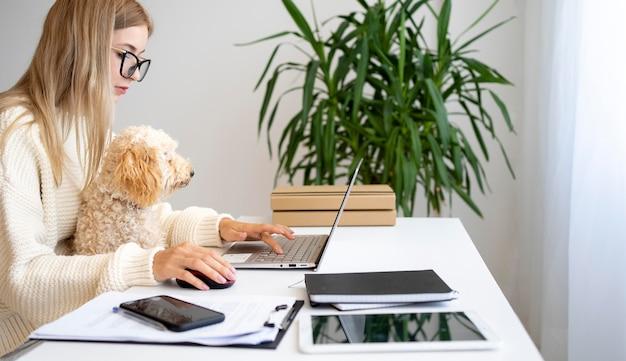 Primo piano donna che lavora con il cane