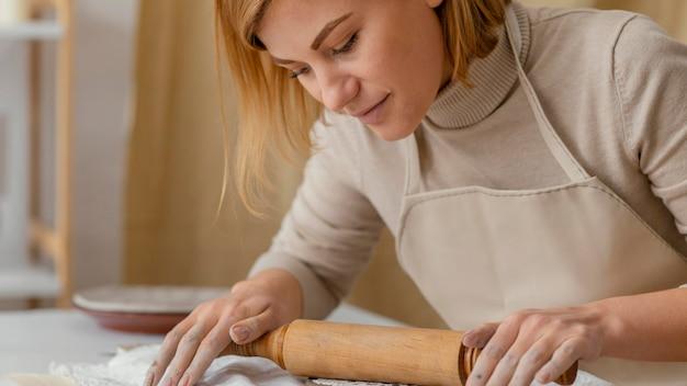 麺棒で働くクローズアップの女性