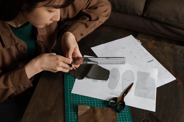 Close up donna che lavora con il righello
