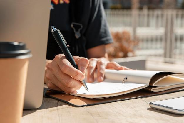 ノートに書くクローズアップの女性