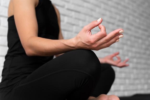 Donna del primo piano nella posa di yoga