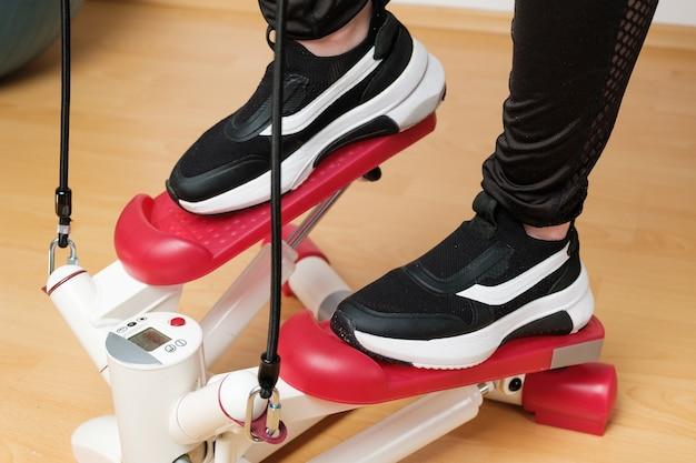 트위스트 스테퍼에 훈련 운동화에 여자의 발을 닫습니다