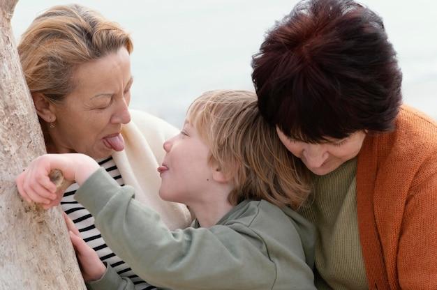 女性と子供を屋外でクローズアップ
